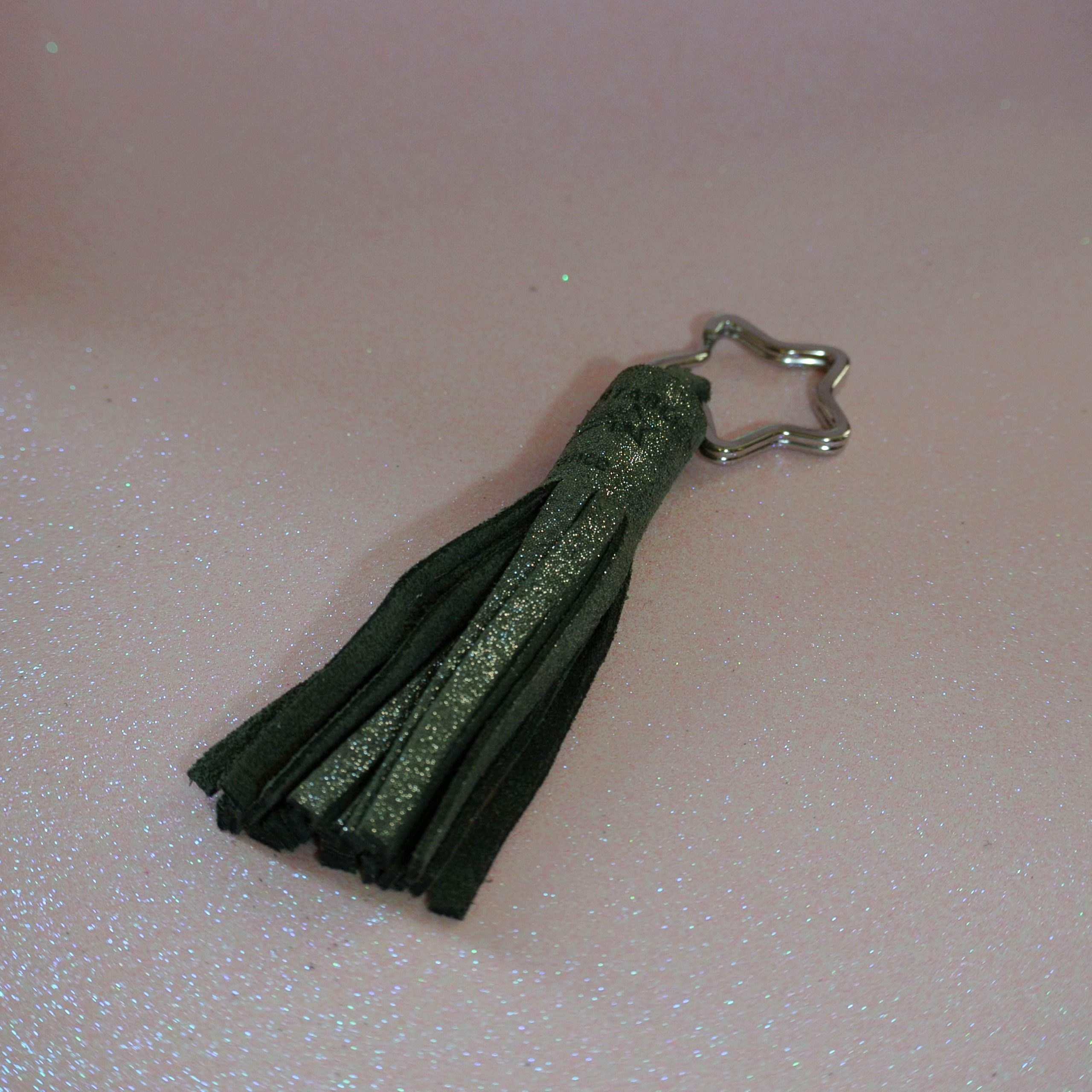 porte clés pompon en cuir pailleté