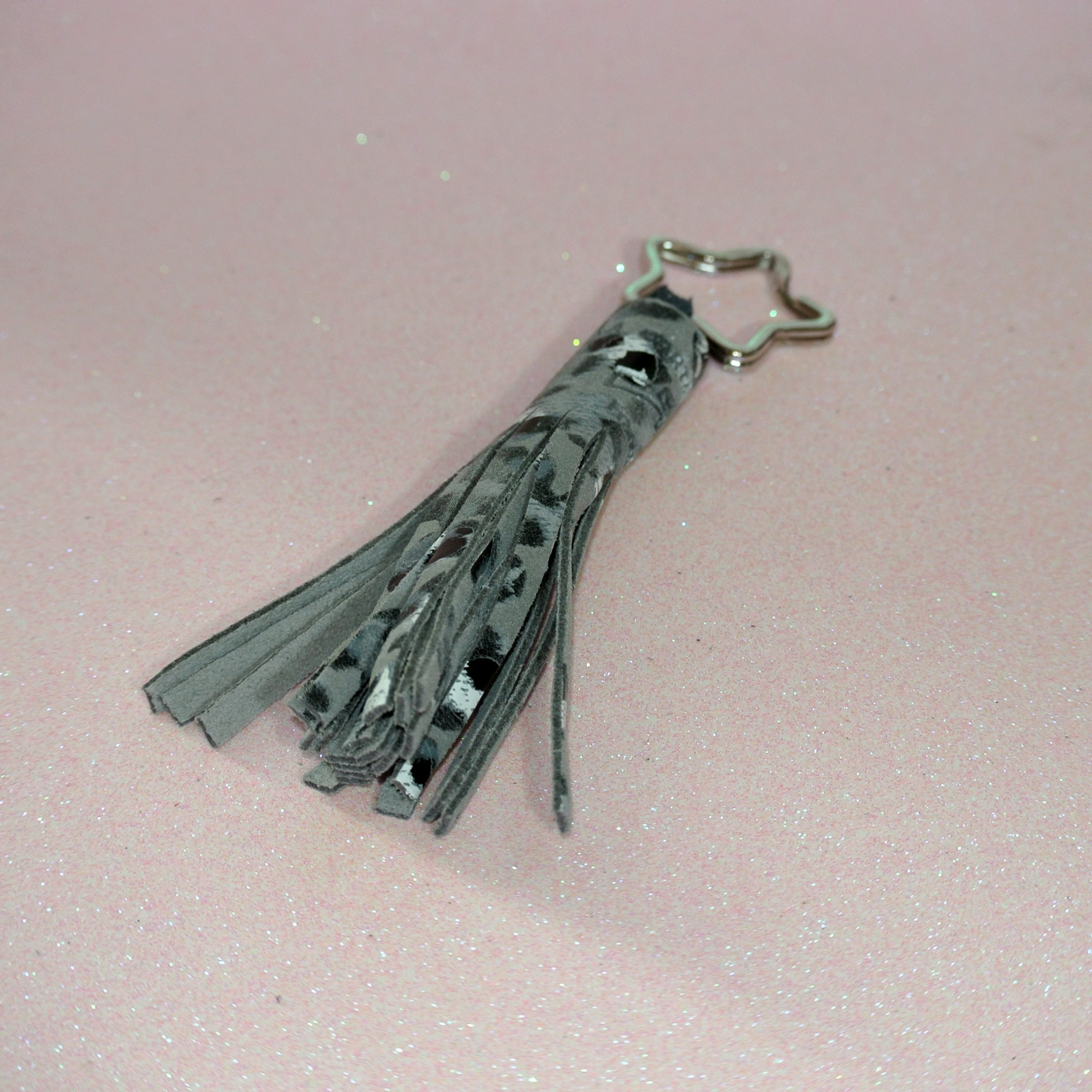 porte clés pompon en cuir plume