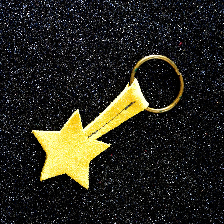 Joli petit porte clé étoile, en cuir, en cuir pailleté, étoile filante, made in france, la cartablière