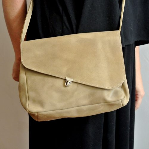Sac pluton en cuir pailleté, en cuir rétro, découpe asymétrique, fermoir attacher cartable, made in france, la cartablière