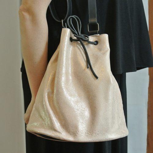 Sac SacSo, en cuir, sac bourse avec lien coulissant, cuir de bovin, cuir velours, cuir pailleté, cuir fil d'or, made in france, la cartablière