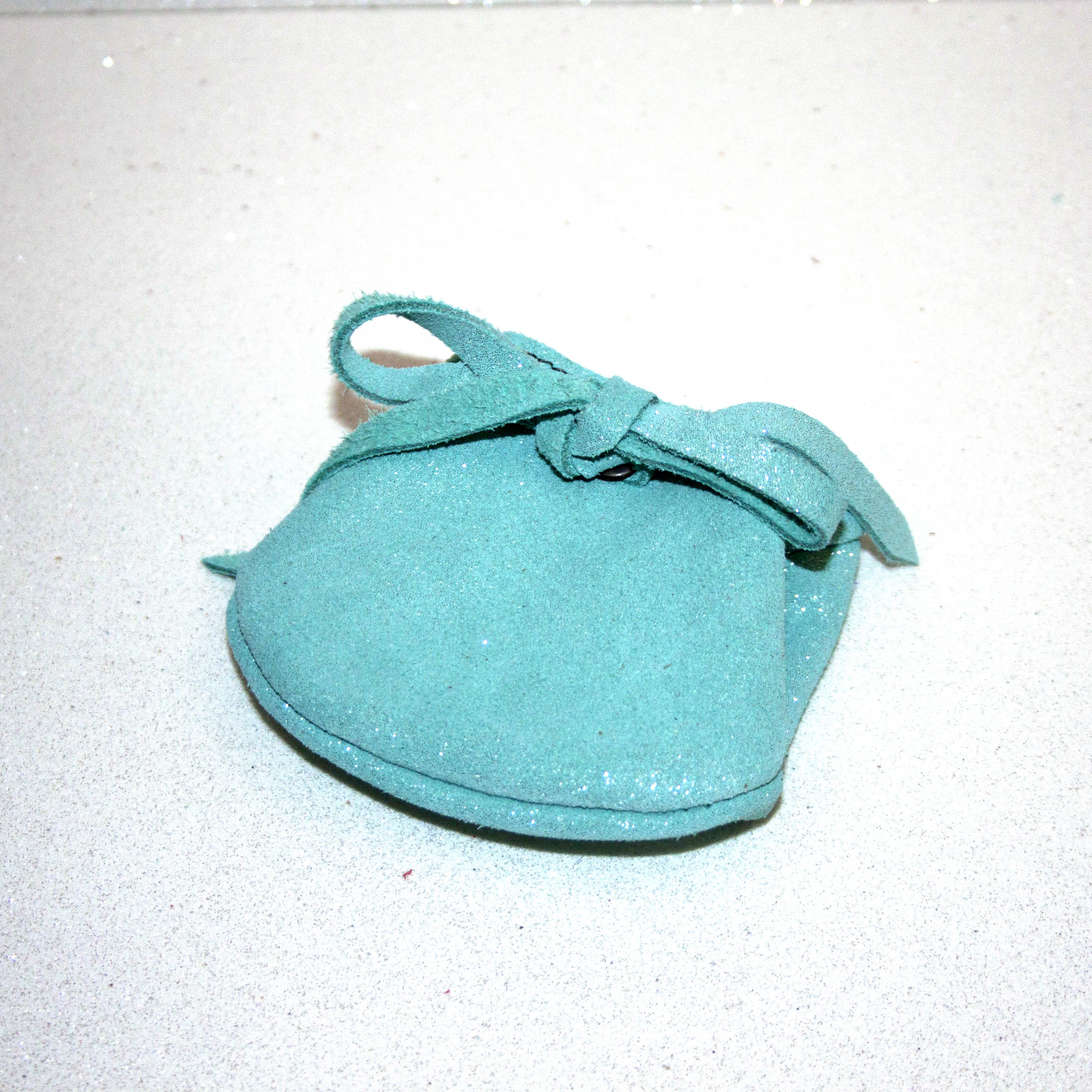 Joli petit porte monnaie crapaud, en cuir pailleté, avec un petit noeud, cuir à pailletes, made in france, la cartabliere