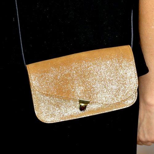 Midi Pochette en cuir, en cuir rétro, en cuir vintage, en cuir pailleté, en cuir fil d'or, pochette en cuir de bovin, attache cartable, made in france, la cartablière