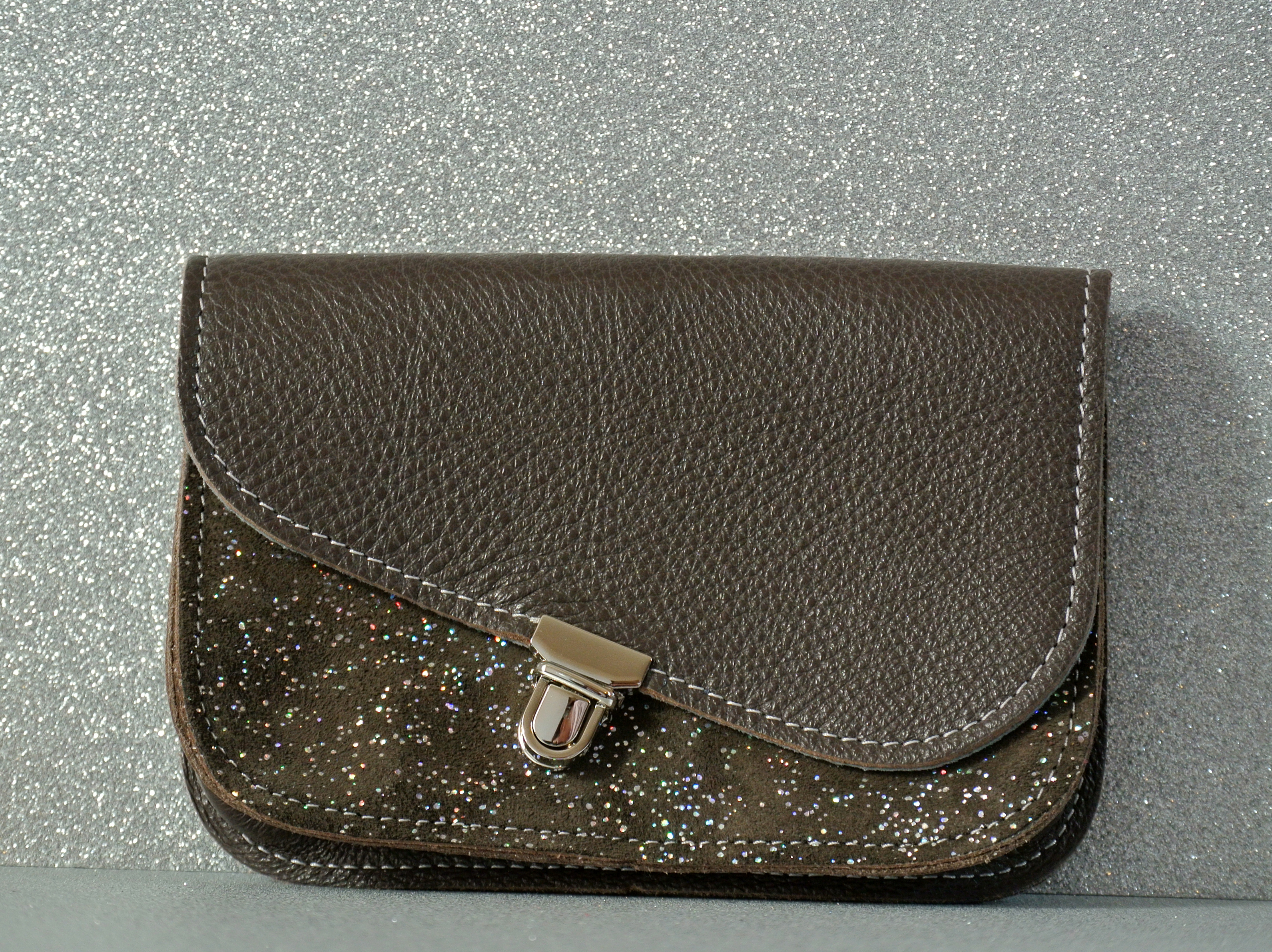 mini pochette, en cuir grainé, attache cartable, pochette cartable, made in france, la cartablière