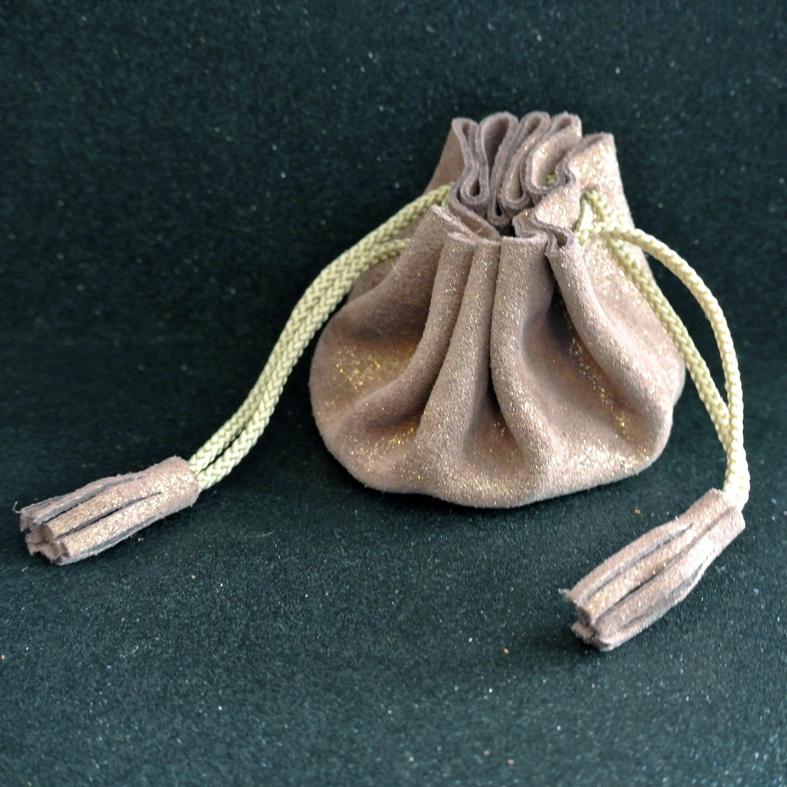 Bourse à pompon en cuir pailleté rose doré