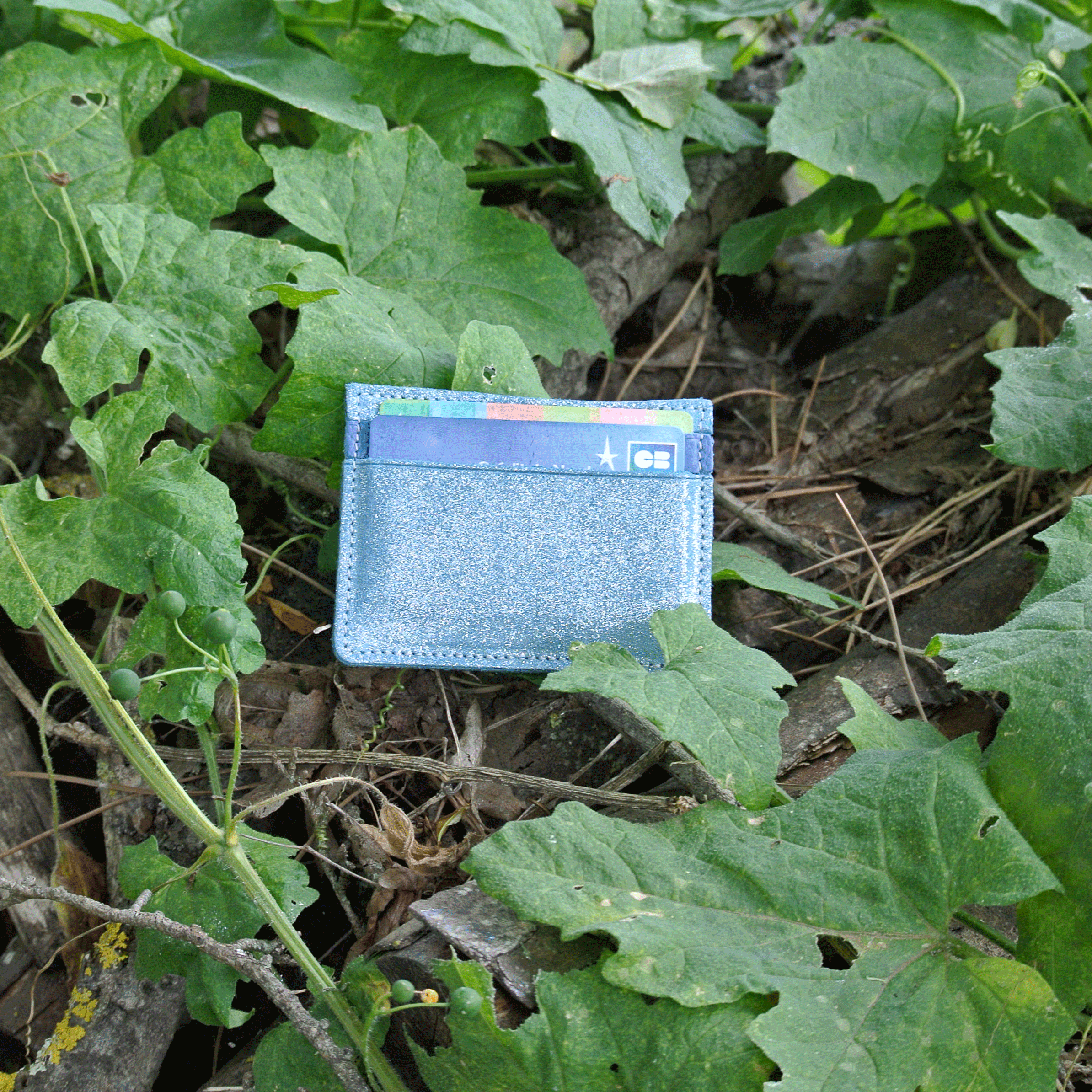 cuirs-pailletés-cuirs-fantaisies-fabriqué-en-france-la-cartabliere-etui-carte-triple-cuir-paillete-bleu-sarcelle