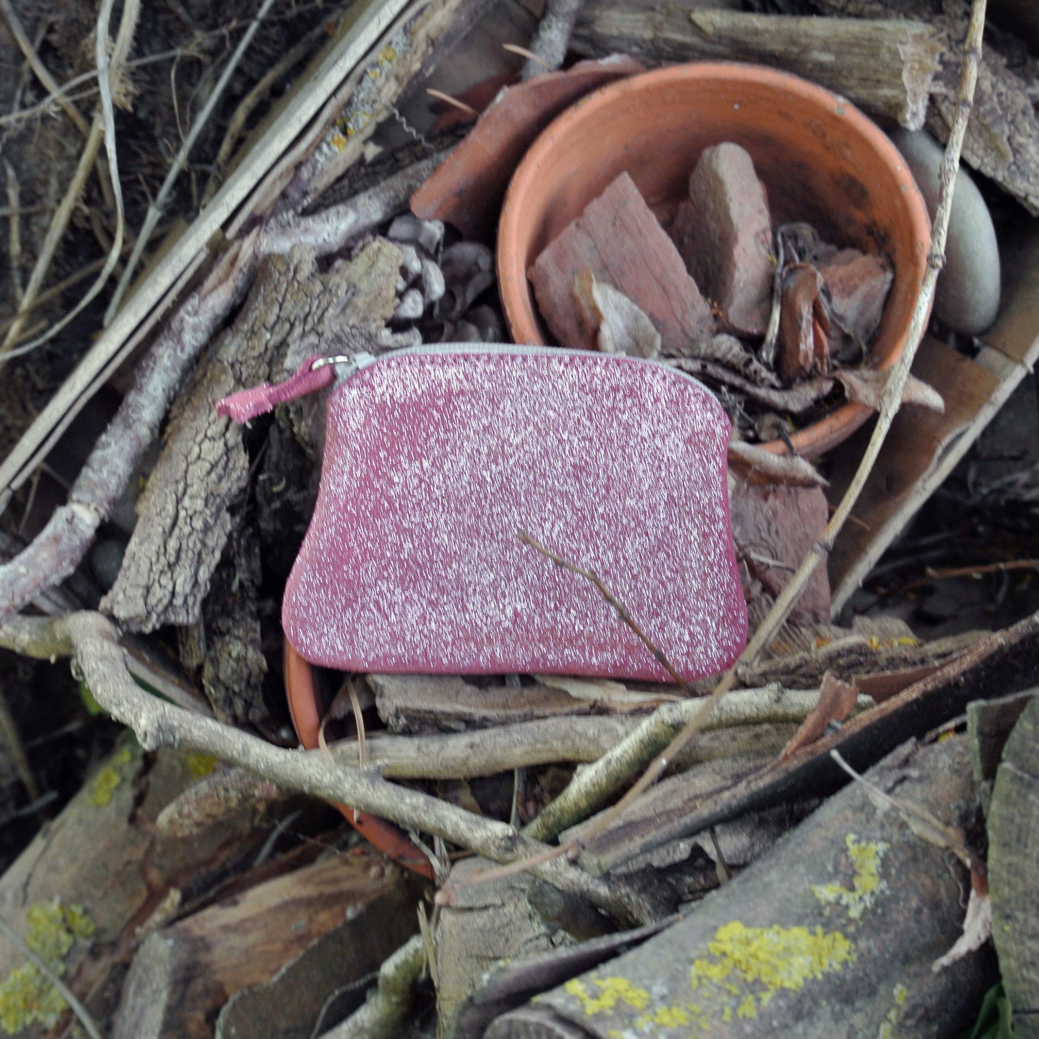 cuirs-fantaisies-la-cartabliere-fabrique-en-france-porte-monnaie-kiwi-en-cuir-paillete-plume-floralie-fabrique-en-france-made-in-france