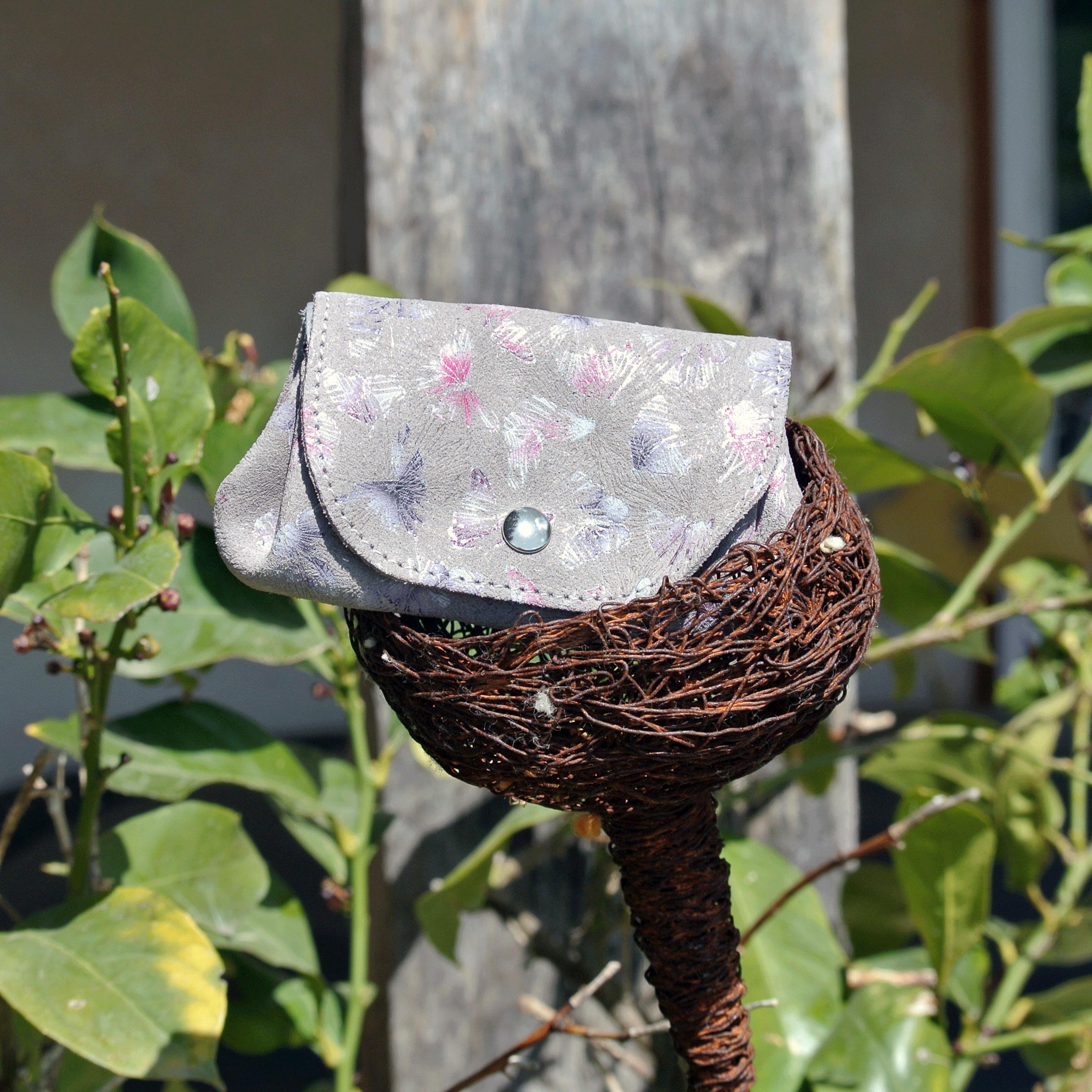 cuirs-fantaisie-la-cartabliere-fabrique-en-france-porte-monnaie-accordeon-en-cuir-floralie-gris-tourterelle