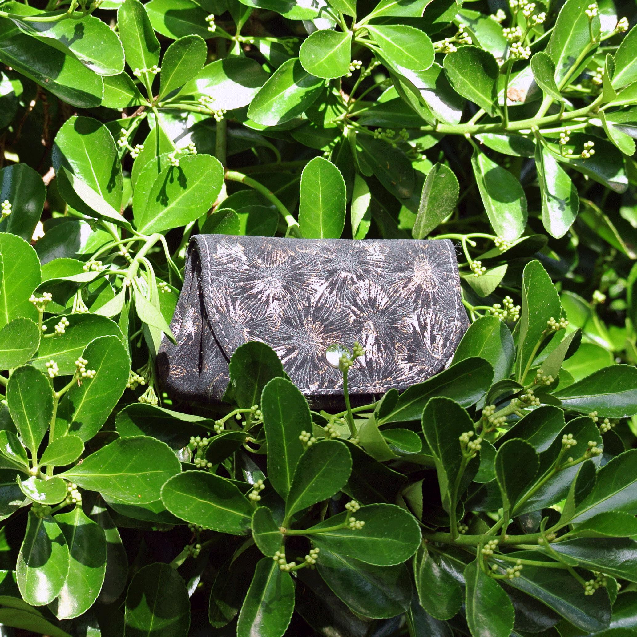 cuirs-fantaisie-la-cartabliere-fabrique-en-france-porte-monnaie-accordeon-en-cuir-floralie-noir