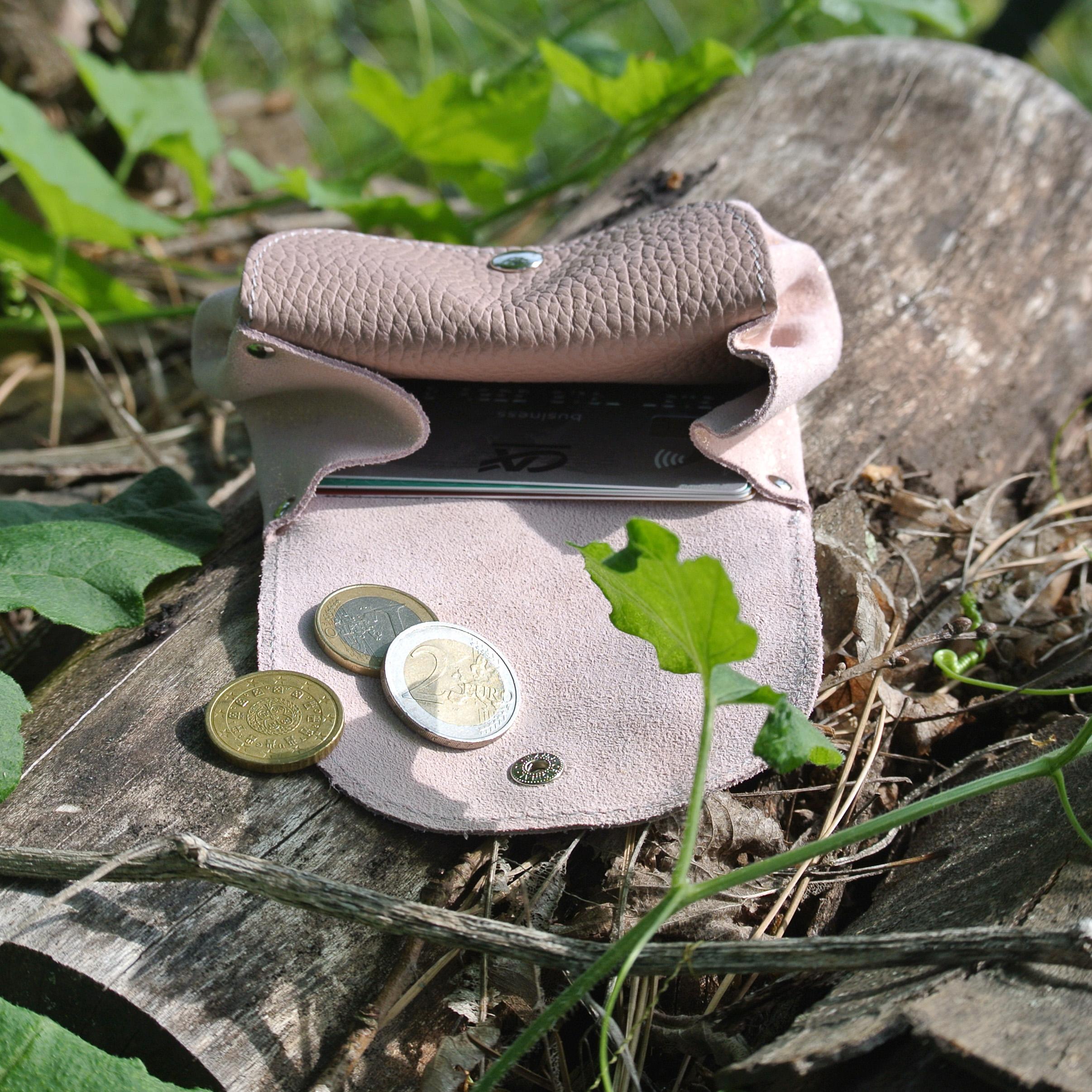 cuirs-fantaisie-la-cartabliere-fabrique-en-france-porte-monnaie-accordeon-en-cuir-ouvert