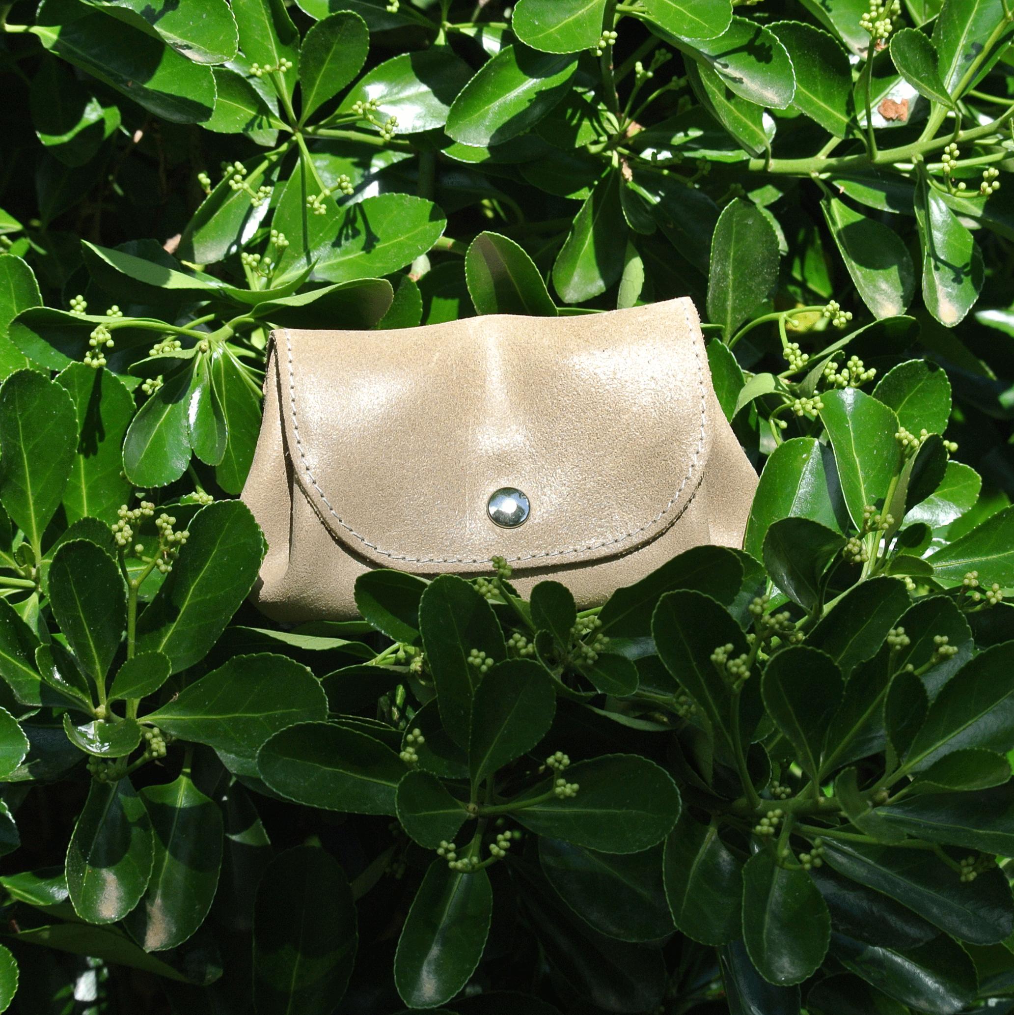 cuirs-fantaisies-la-cartabliere-fabrique-en-france-porte-monnaie-accordeon-en-cuir-retro-beige-coquillage