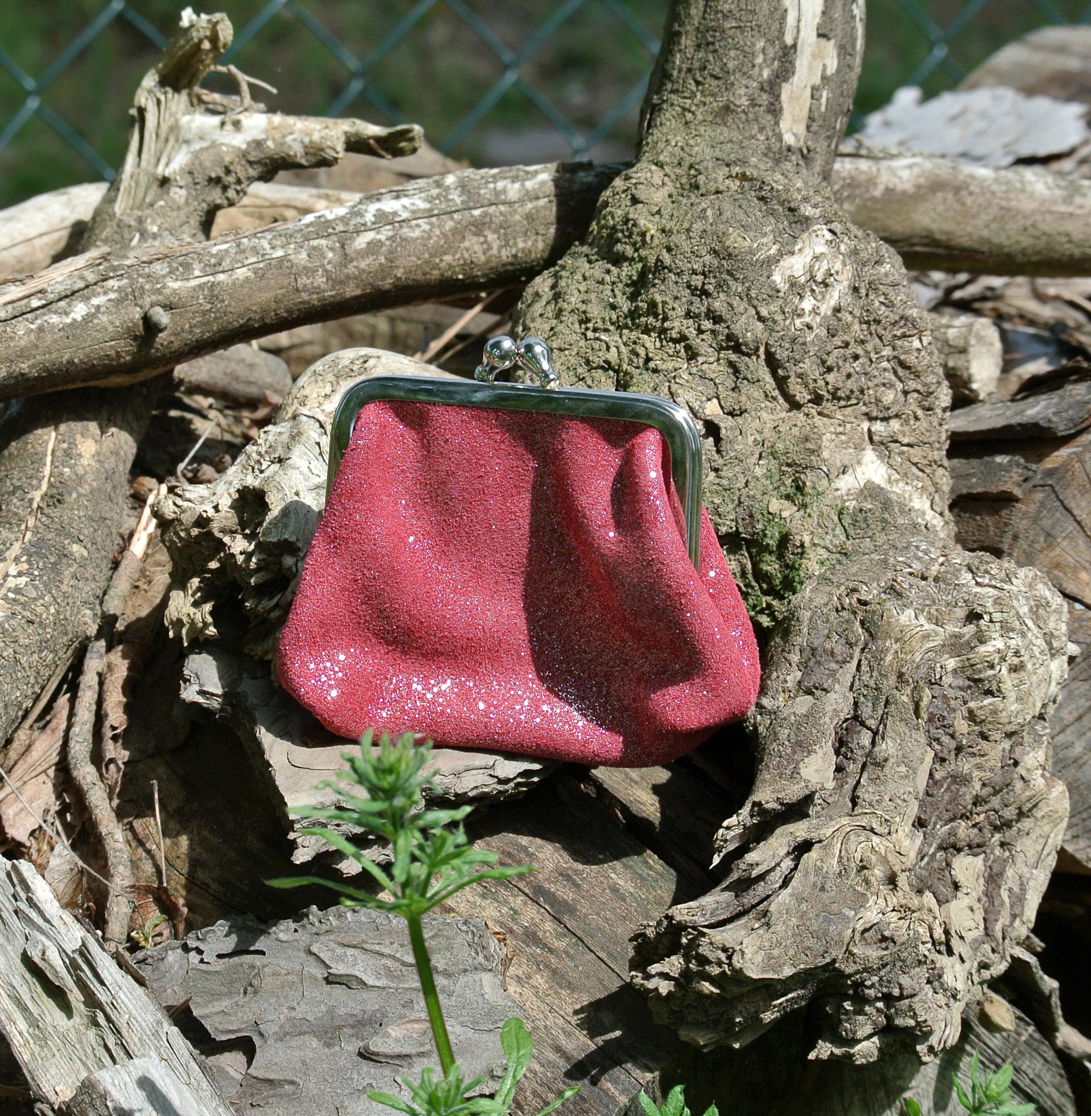 la-cartabliere-fabrique-en-france-made-in-france-porte-monnaie-reine-en-cuir-paillete-rouge-tagada