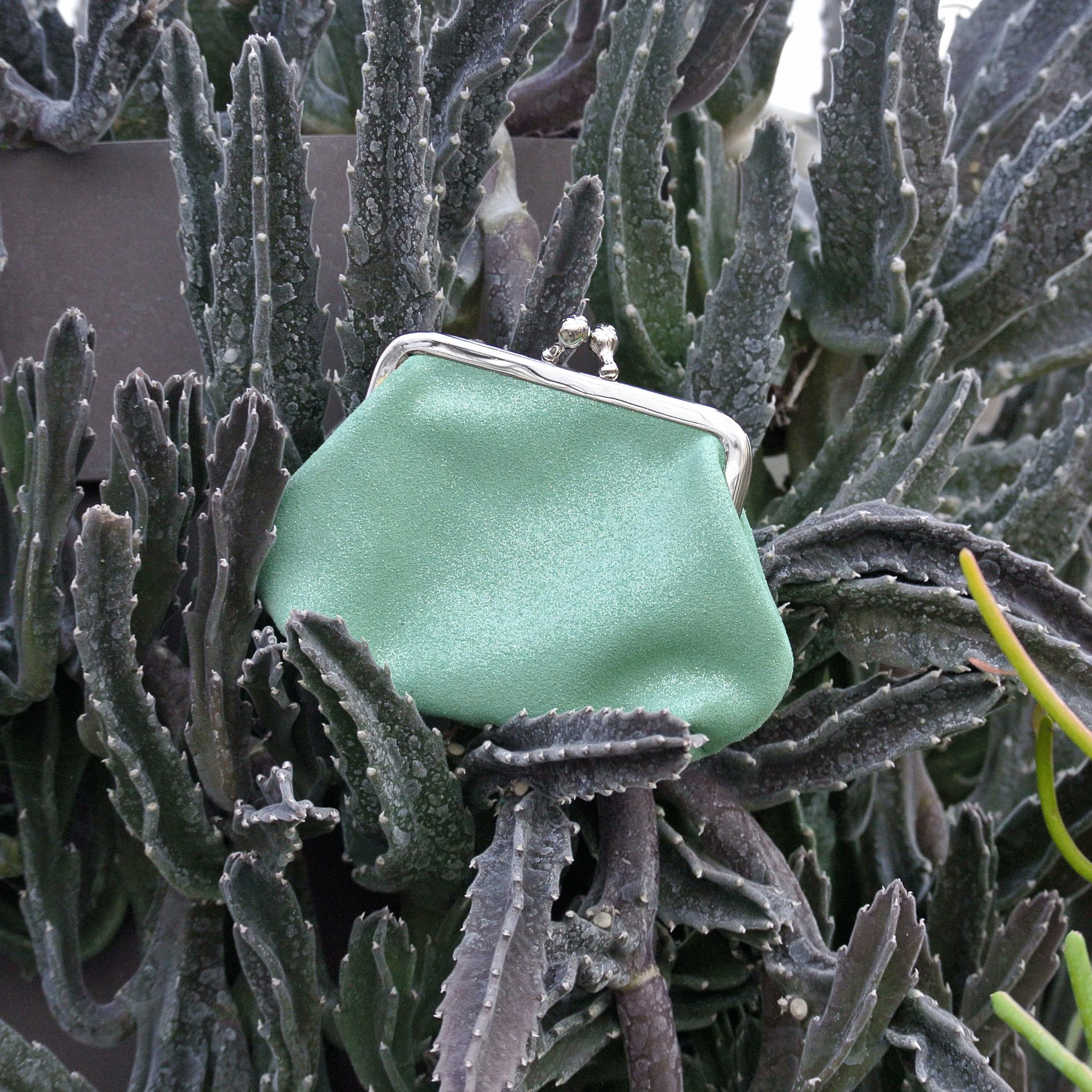 la-cartabliere-fabrique-en-france-made-in-france-porte-monnaie-reine-en-cuir-paillete-vert-amande