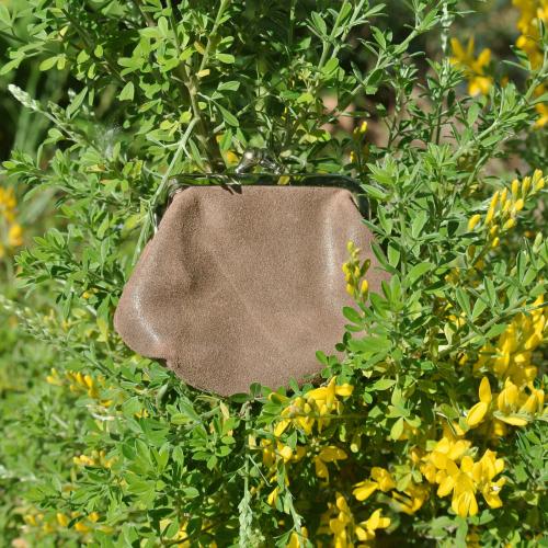 la-cartabliere-fabrique-en-france-made-in-france-porte-monnaie-reine-en-cuir-retro-chocolat