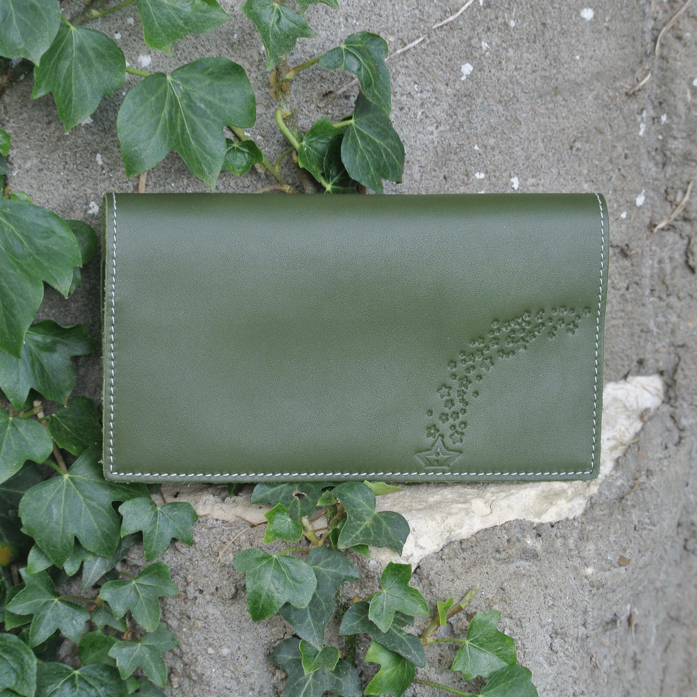 protege-chequier-cuirs-fantaisies-cuir-paillete-cuir-retro-cuir-nappa-cuir-graine-la-cartabliere-fabirque-en-france-vert