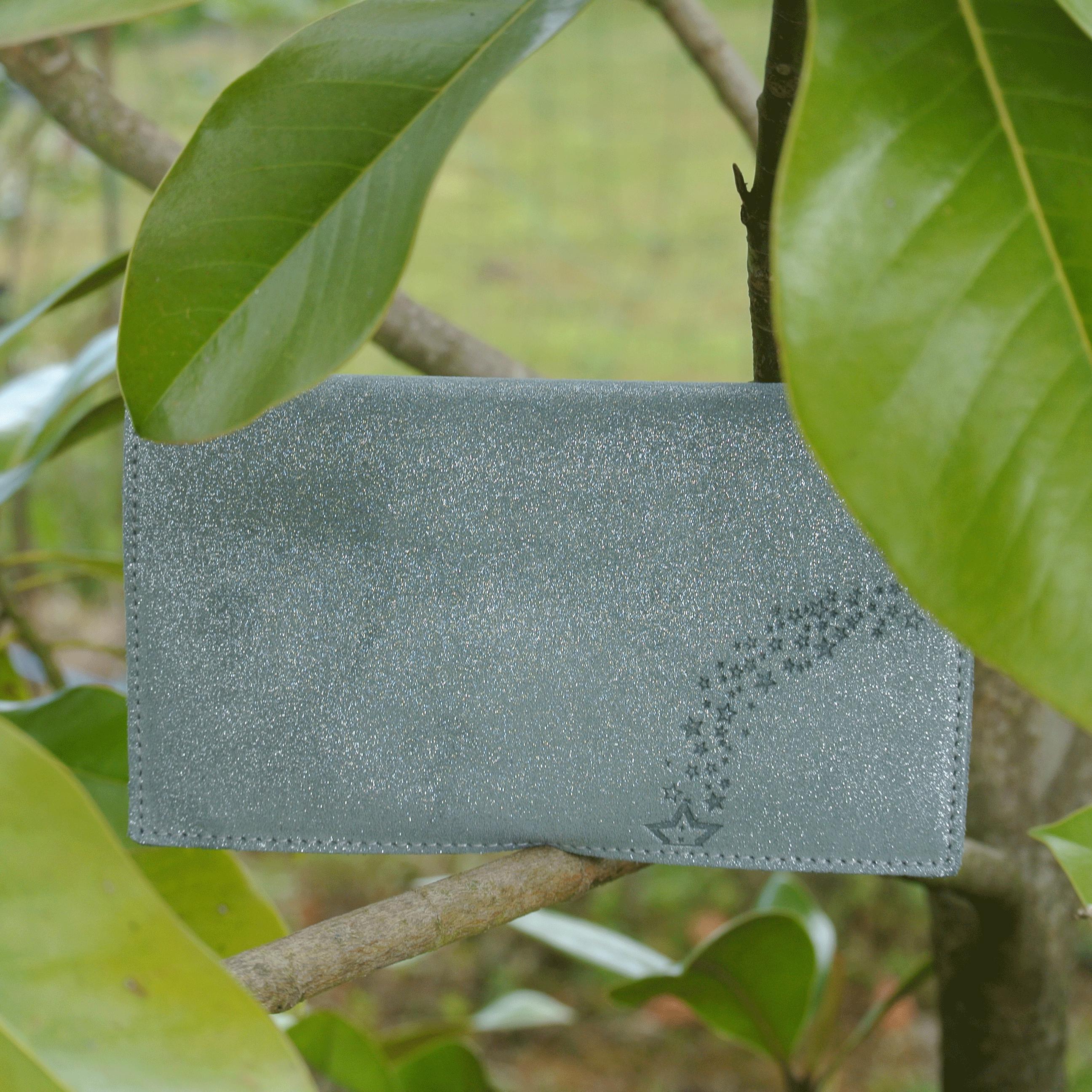 protege-chequier-cuirs-fantaisies-cuir-paillete-cuir-retro-cuir-nappa-cuir-graine-la-cartabliere-fabirque-en-france-pierre-grise