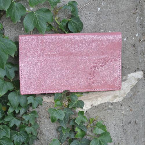 protege-chequier-cuirs-fantaisies-cuir-paillete-cuir-retro-cuir-nappa-cuir-graine-la-cartabliere-fabirque-en-france-rose-bonbon