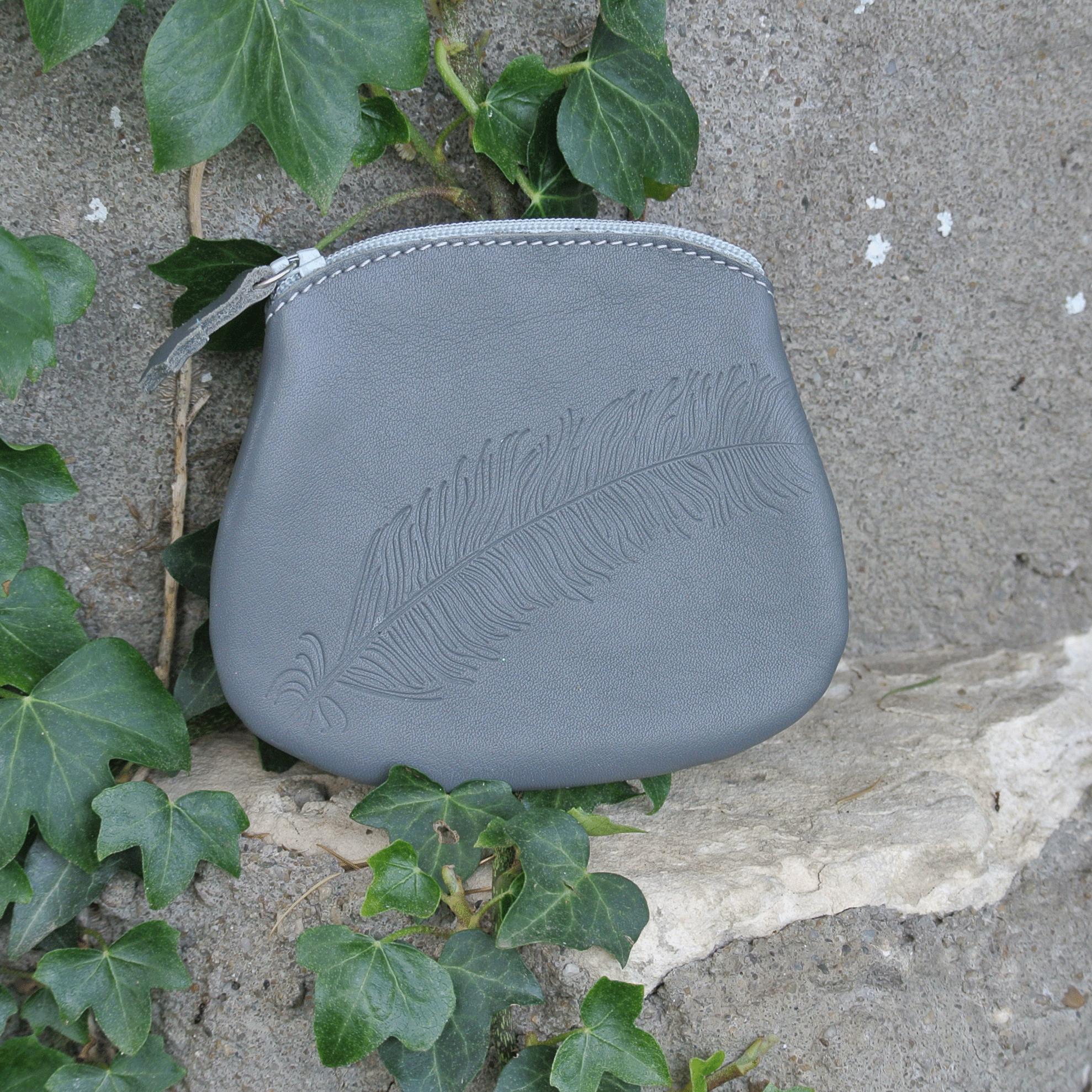 cuirs-fantaisies-la-cartabliere-fabrique-en-france-porte-monnaie-plume-panache-en-cuir-nappa-gris