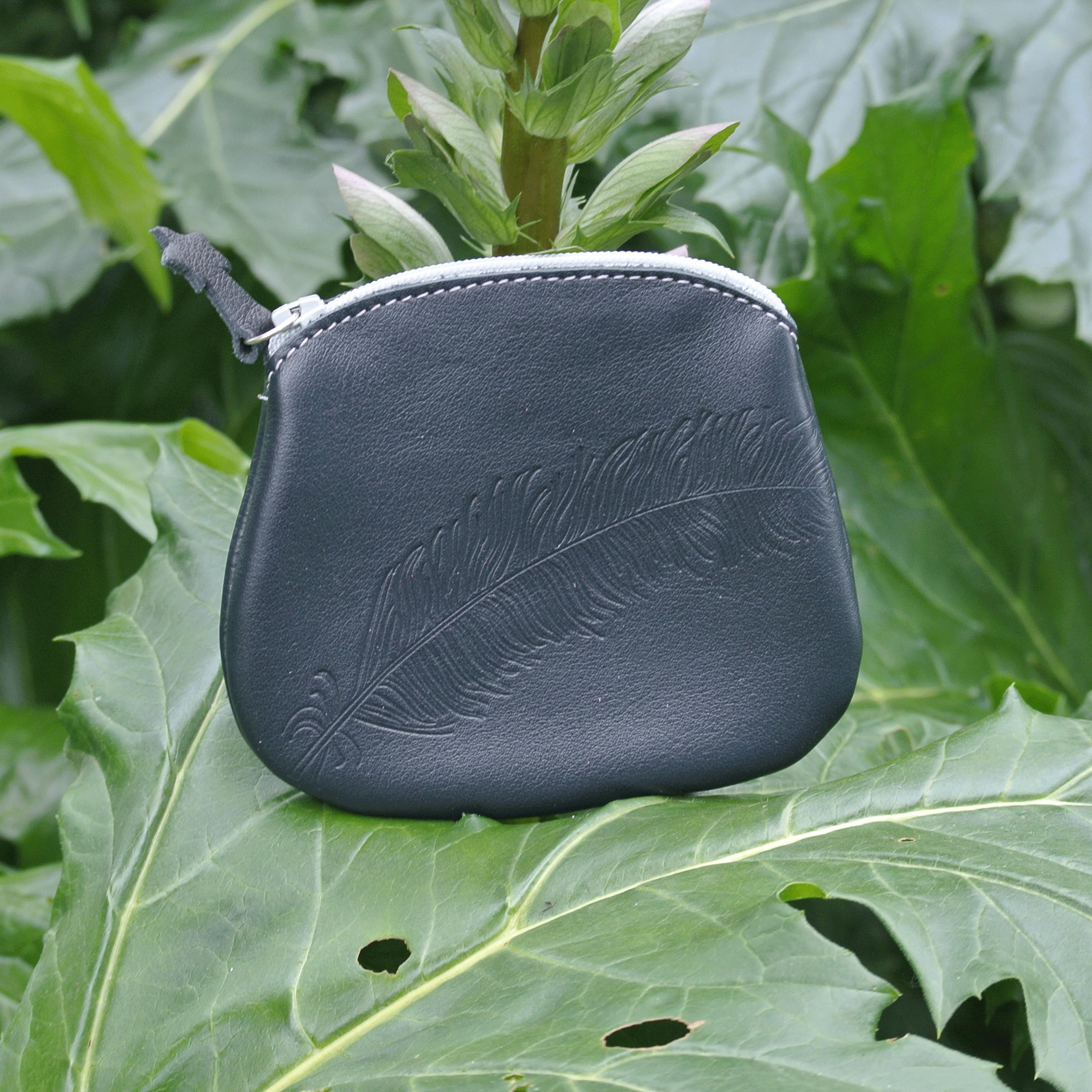 cuirs-fantaisies-la-cartabliere-fabrique-en-france-porte-monnaie-plume-panache-en-cuir-nappa-noir