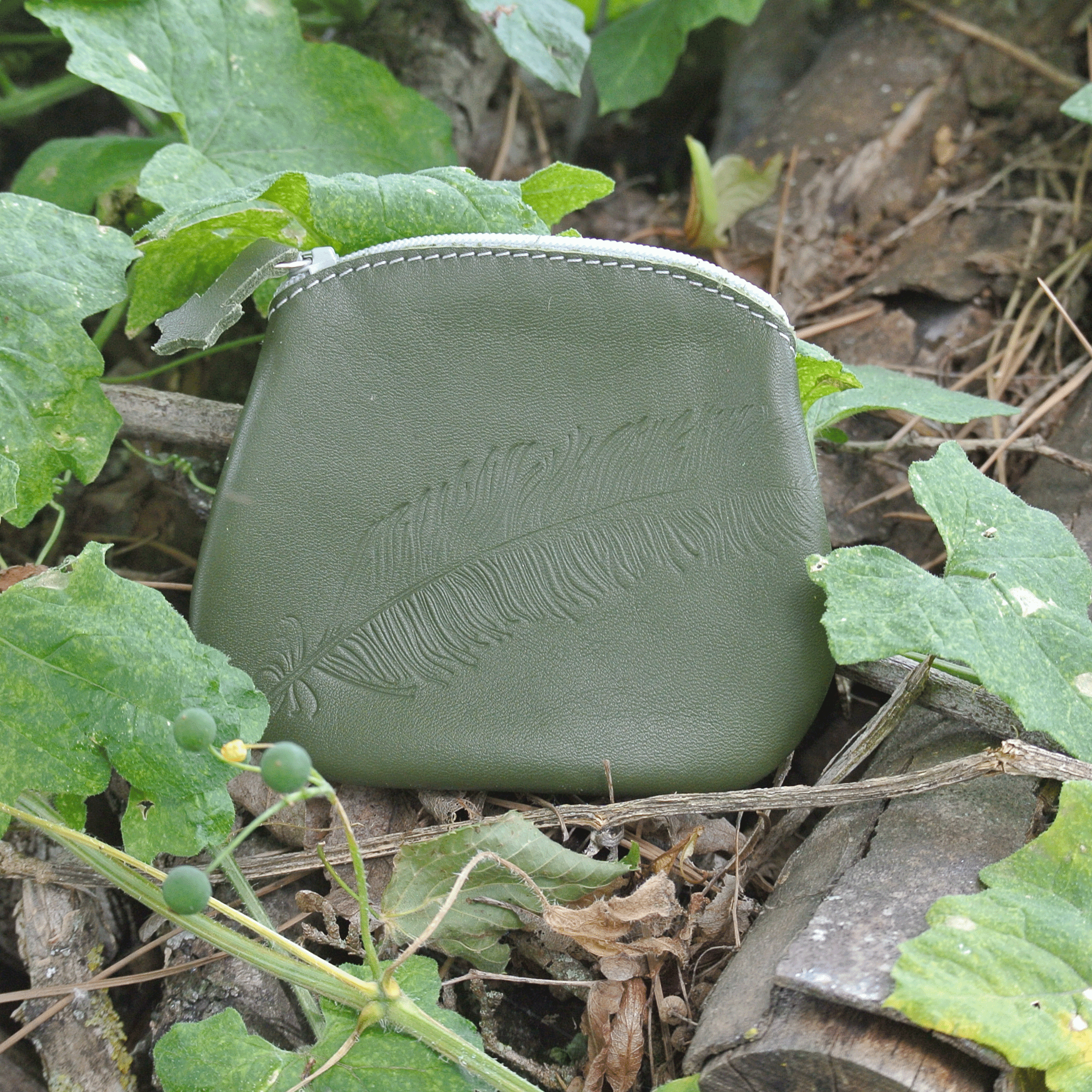 cuirs-fantaisies-la-cartabliere-fabrique-en-france-porte-monnaie-plume-panache-en-cuir-nappa-vert
